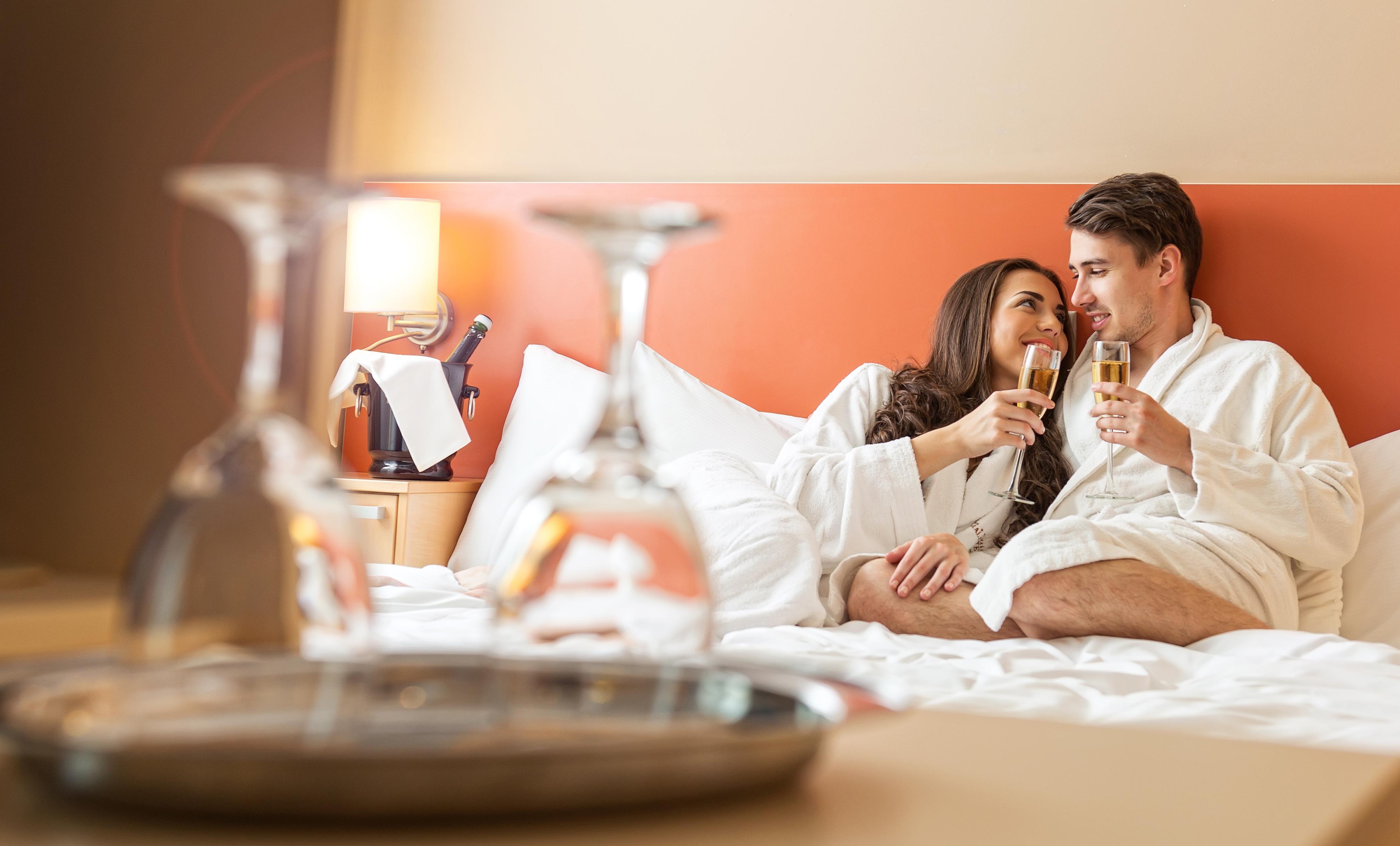 того, что целуются в отеле фото попробовать вступить контакт