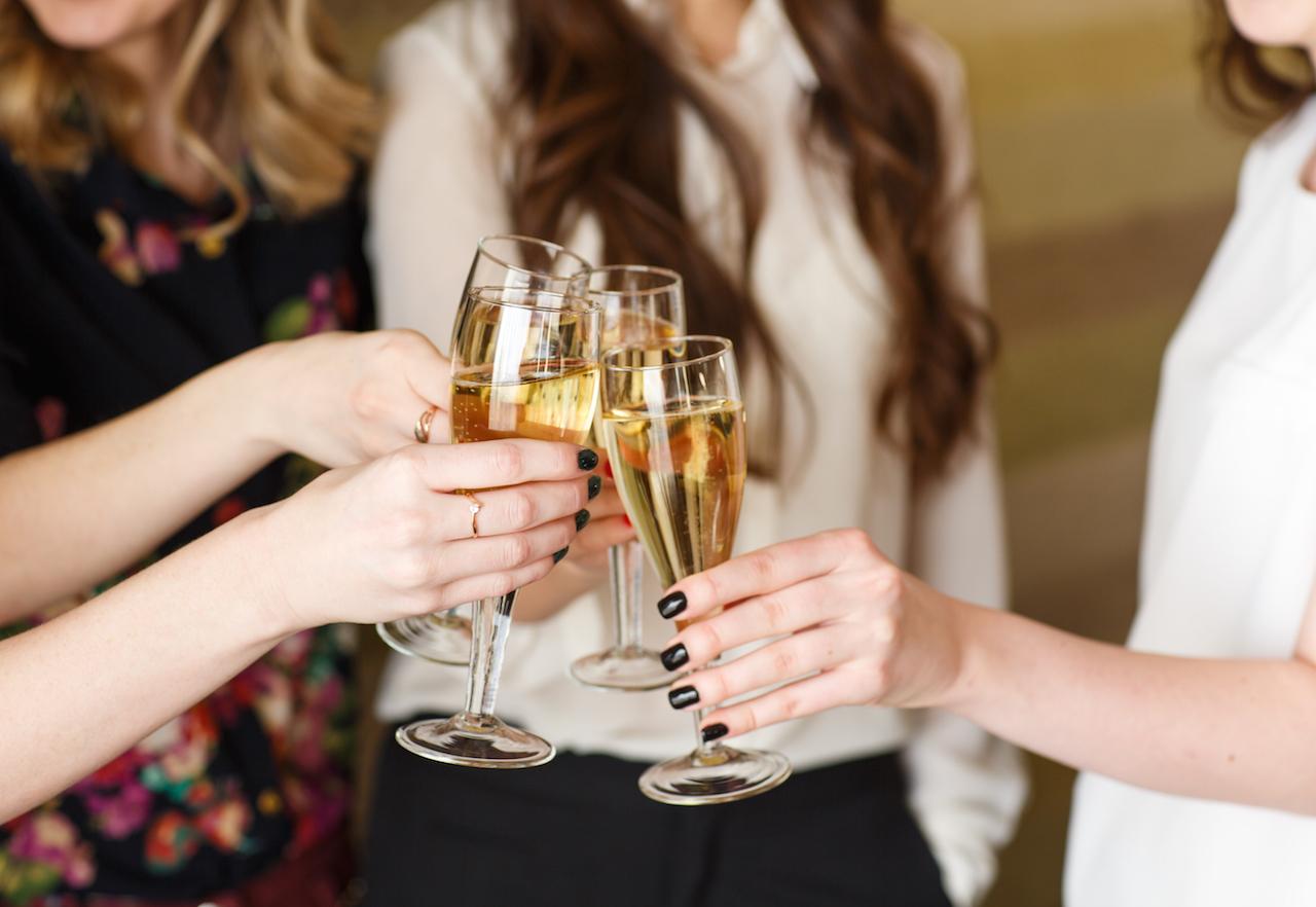 итоге как держать бокал с шампанским фото это